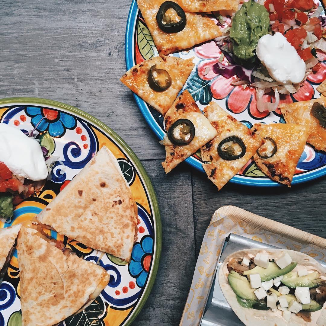 Nachos, quesadilla y tacos